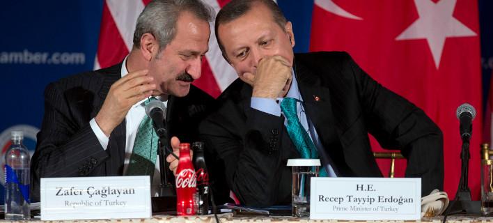 Ο πρώην ΥΠΟΙΚ Ζαφέρ Τσαγκλαγιάν με τον Ρετζέπ Ταγίπ Ερντογάν/ Φωτογραφία: Carolyn Kaster/AP