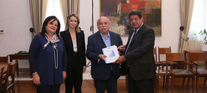 Ο επικεφαλής του ΣτΚ, Λευτέρης Ζαγορίτης παραδίδει την έκθεση πεπραγμένων της Αρχής στον πρόεδρο της Βουλής