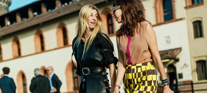 Γυναίκες ποζάρουν στον φακό/ Φωτογραφία /Shutterstock