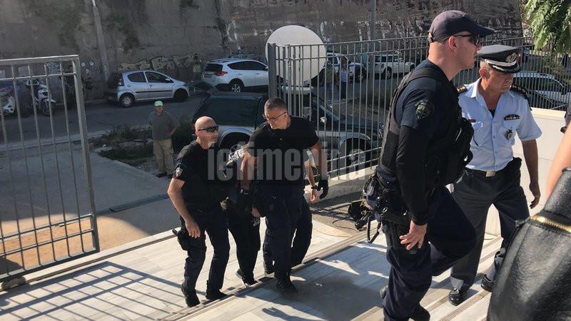 Ο κατηγορούμενος για την δολοφονία της Δώρας Ζέμπερη προσέρχεται στο δικαστήριο- φωτογραφία iefimerida