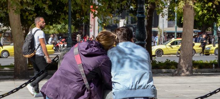 Ζευγάρι στην πλατεία Συντάγματος / Φωτογραφία: Eurokinissi
