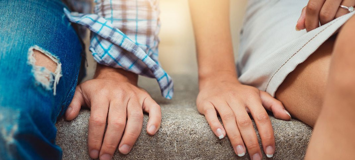 Ενα ζευγάρι κάθεται δίπλα δίπλα, Φωτογραφία: Shutterstock/By Gorynvd
