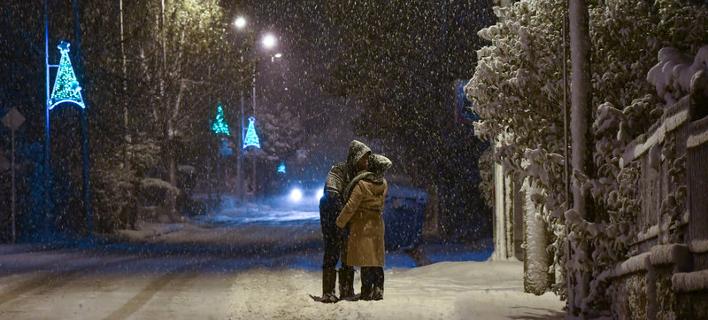 Ζευγάρι φιλιέται στα χιόνια/ Φωτογραφία: Eurokinissi- ΚΑΡΑΓΙΑΝΝΗΣ ΜΙΧΑΛΗΣ