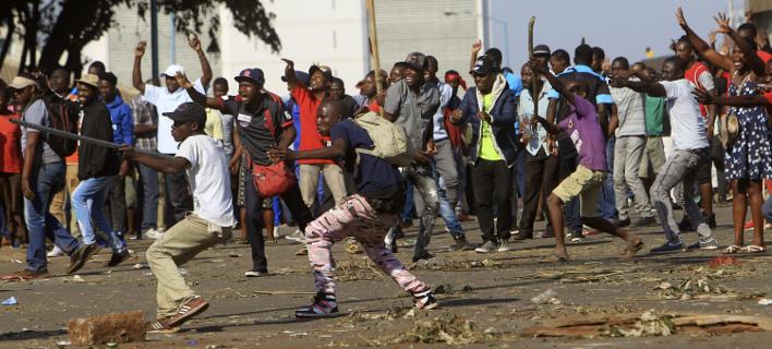 Αιματηρές συγκρούσεις στη Ζιμπάμπουε μετά τις εκλογές (Φωτογραφία: AP/ Tsvangirayi Mukwazhi)