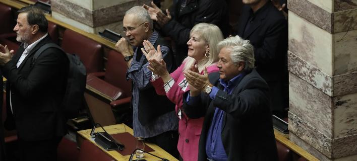 Ο Κώστας Ζουράρις και ο Θανάσης Παπαχρηστόπουλος πανηγυρίζουν για την ψήφο εμπιστοσύνης που πήρε η κυβέρνηση