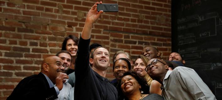 Ο Μαρκ Ζούκερμπεργκ με εργαζόμενους στο Facebook (Φωτογραφία: ΑΡ)