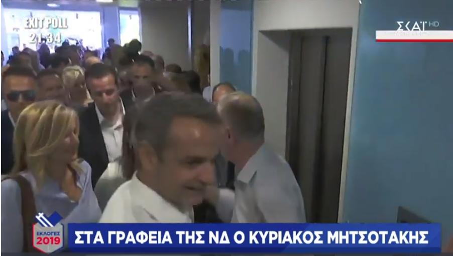 Ο Κυριάκος Μητσοτάκης και η σύζυγός του Μαρέβα κατέφτασε στα γραφεία της ΝΔ λίγο πριν από τις 19.00