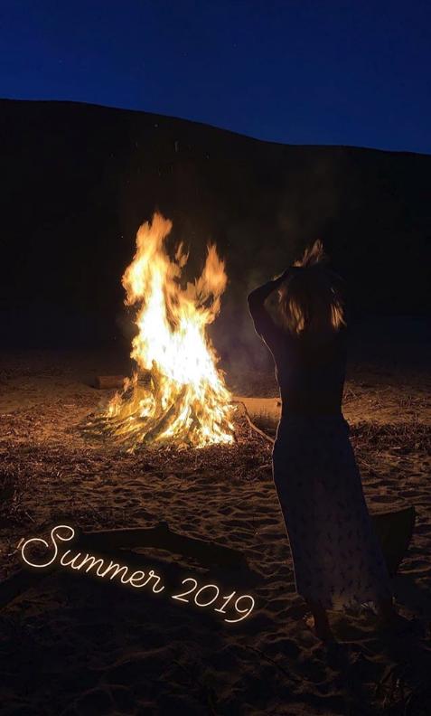Η Ελένη Μενεγάκη μπροστά σε μια μεγάλη φωτιά στην παραλία