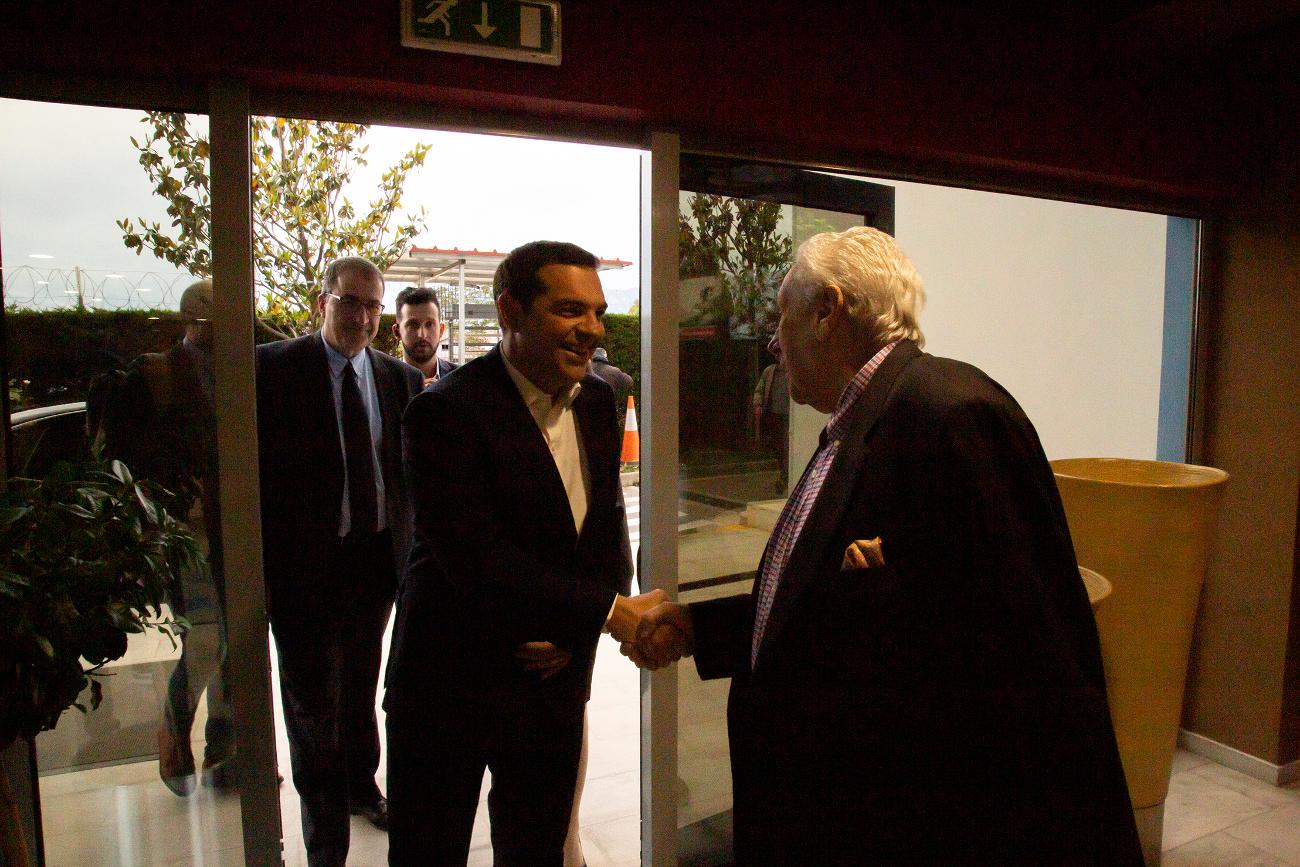 Νωρίτερα, τον πρωθυπουργό Αλέξη Τσίπρα υποδέχτηκε στις εγκαταστάσεις του ALPHA, ο πρόεδρος του σταθμού, Δημήτρης Κοντομηνάς