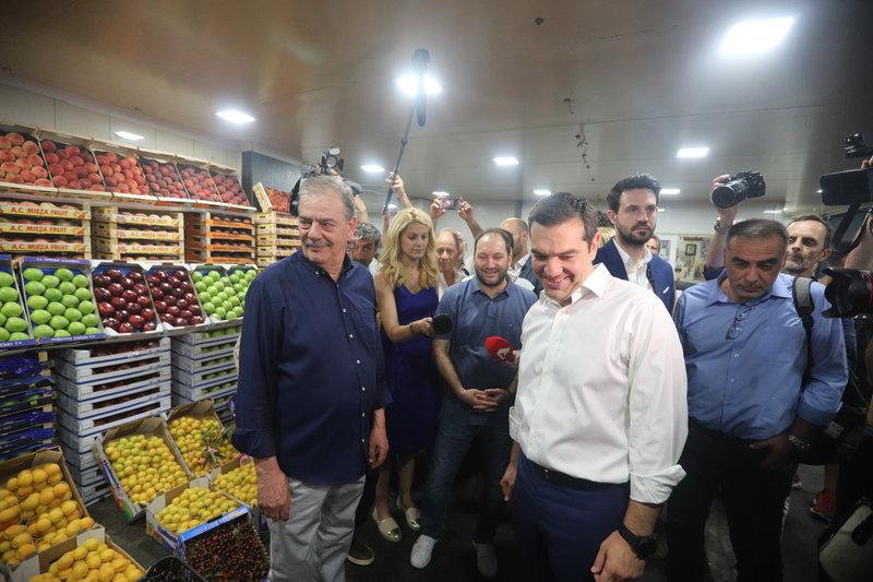 Ο Αλέξης Τσίπρας συνομιλεί με εργαζόμενους στην Κεντρική Λαχαναγορά του Ρέντη