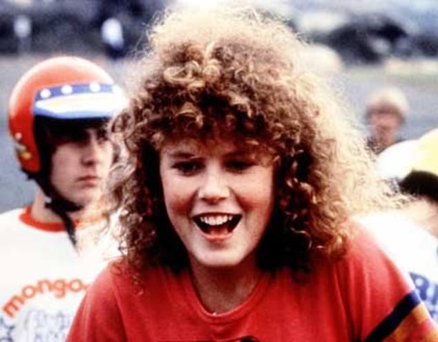 Η Νικόλ Κίντμαν στην πρώτη της ταινία το 1983 με τα φυσικά σγουρά μαλλιά της