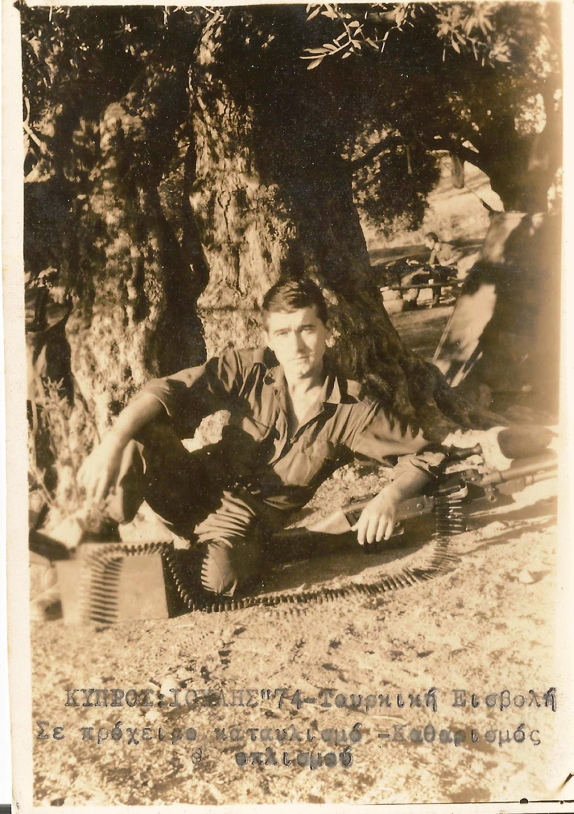 Στρατιώτης κάθεται