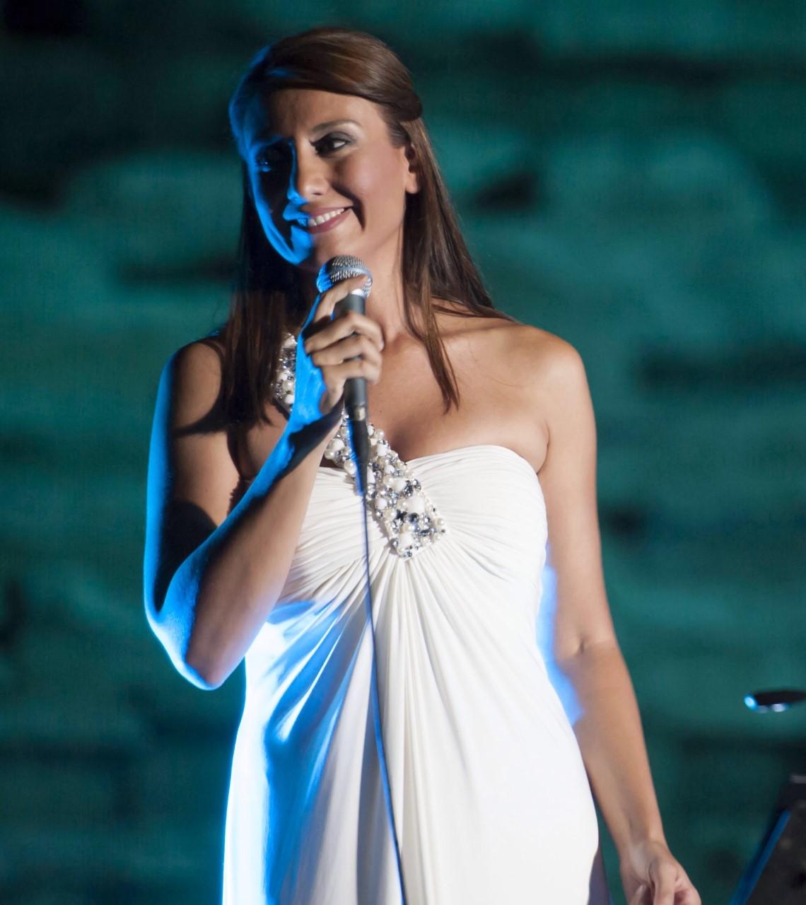 Αναστασία Ζαννή με λευκό φόρεμα