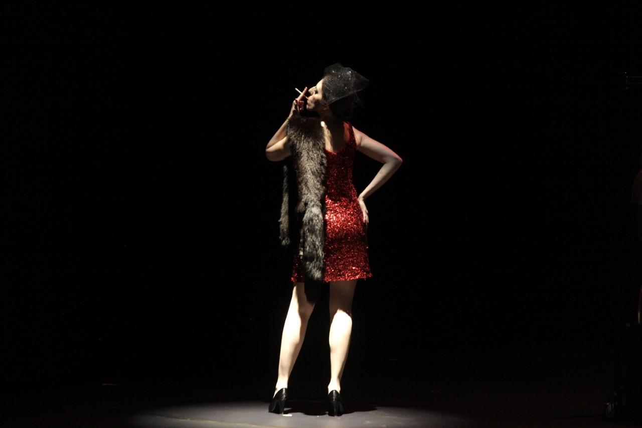 χορευτρια από πίσω