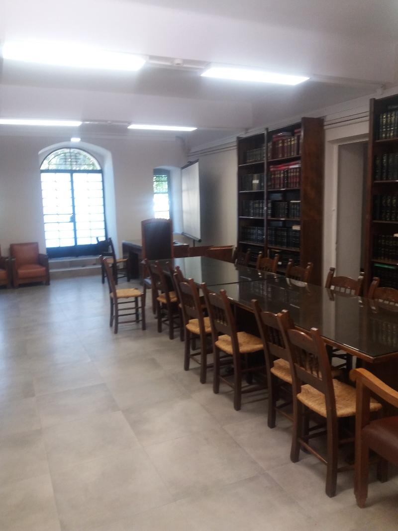 Καρέκλες, τραπέζι, βιβλιοθήκη
