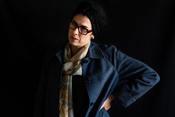 γυναικα με γυαλιά μαντιλι μπλε σακακι