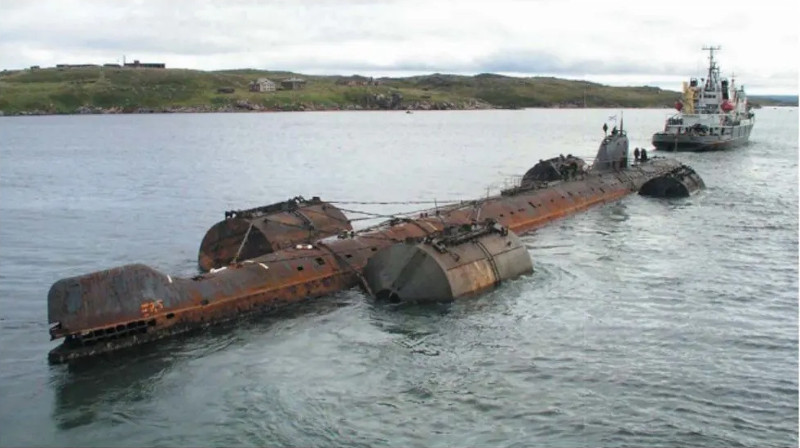 To ρωσικό πυρηνικό υποβρύχιο K-159 βυθίστηκε κατά τη ρυμούλκησή του για αποσυναρμολόγηση το 2003 κοντά στο Μουρμάνσκ