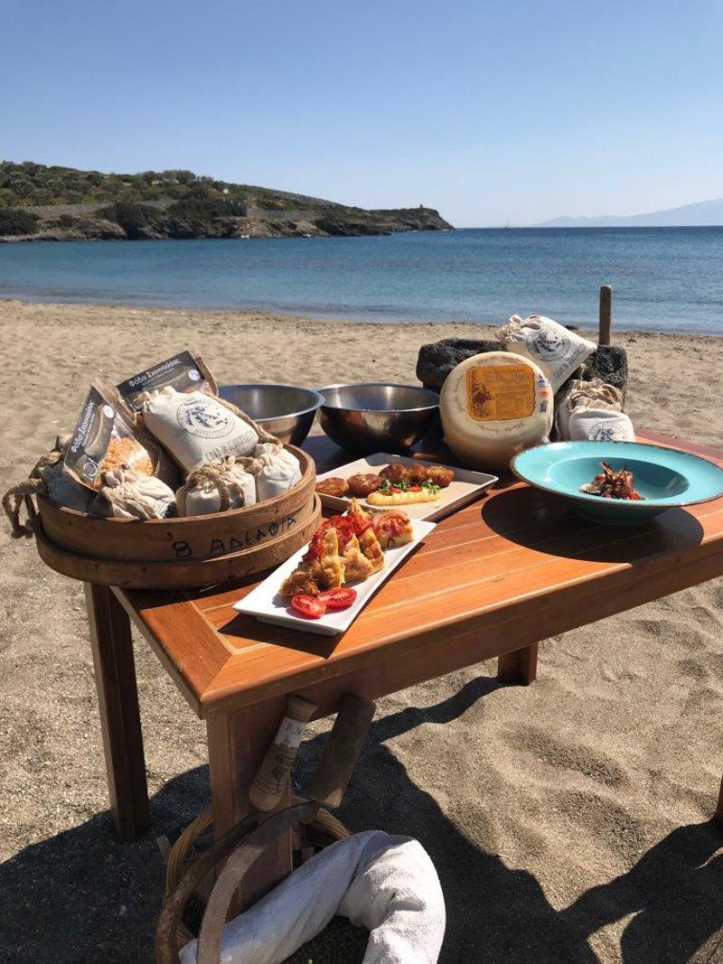 Φάβα και γραβιέρα σε τραπέζι στην παραλία