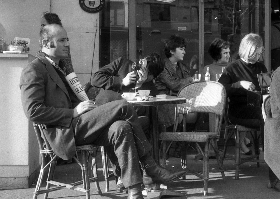 Ο Takis σε καφέ στο Παρίσι