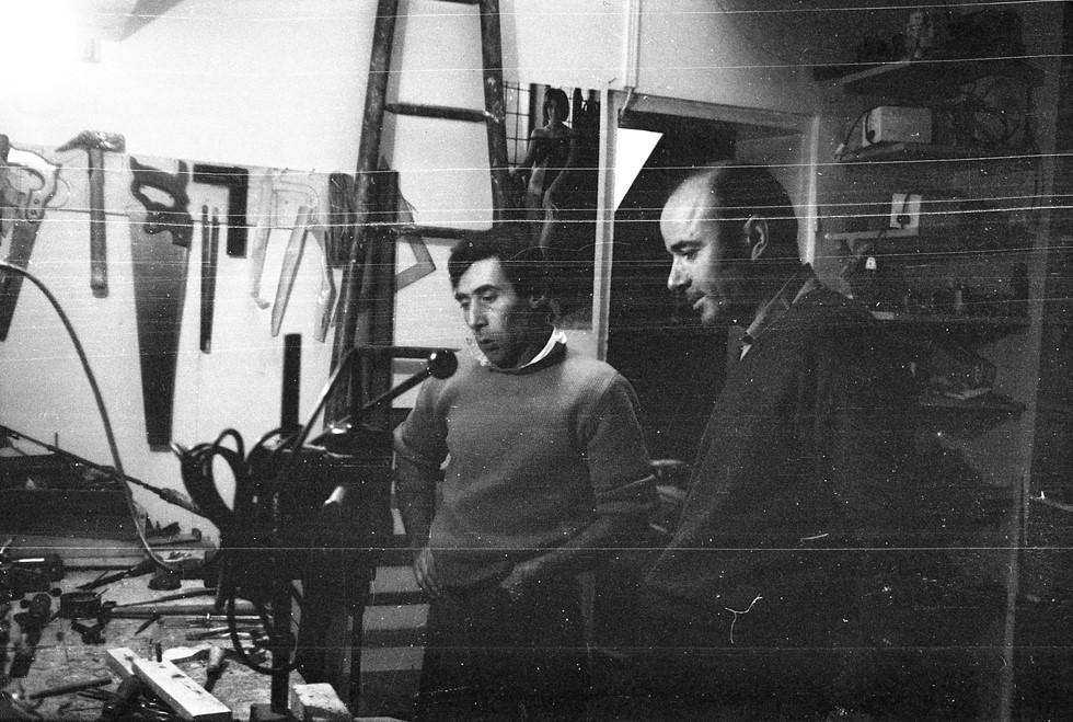 Ο Takis στο εργαστήριό του