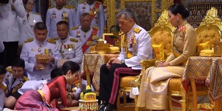 Ο βασιλιάς της Ταϊλάνδης με τη σύζυγο (δεξιά) και την ερωμένη του στα πόδια του