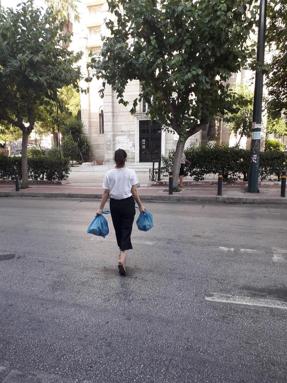 γυναικα με σακουλες