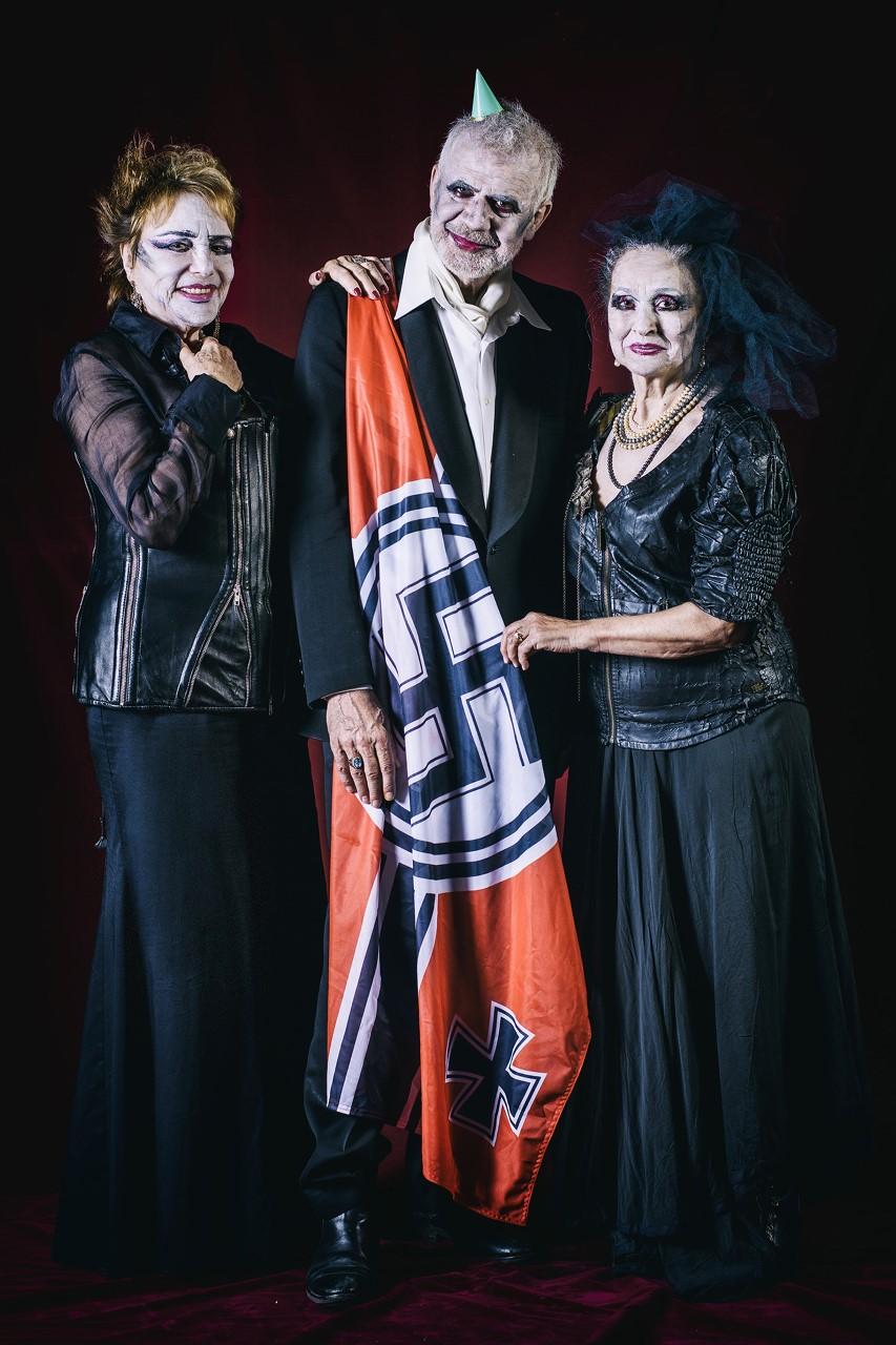 τρεις ηθοποιοί με γερμανικη σημαια