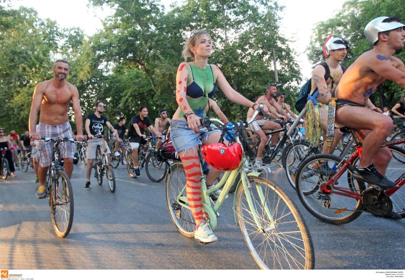 ανθρωποι με μαγιο σε ποδηλατα