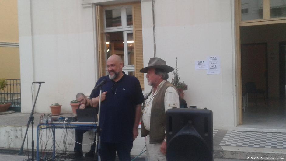 Δύο άντρες σε μικρόφωνο