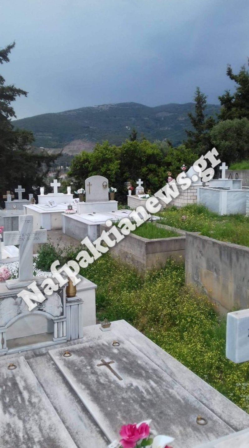Ενας από τους τάφους που βεβήλωσαν οι ιερόσυλοι κακοποιοί
