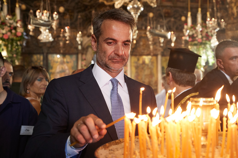 Μητσοτάκης αναβει κερι