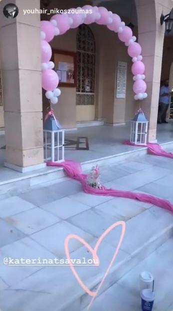 Η διακόσμηση στον εξωτερικό χώρο της εκκλησίας με λευκά και ροζ μπαλόνια και ροζ τούλι στα σκαλιά