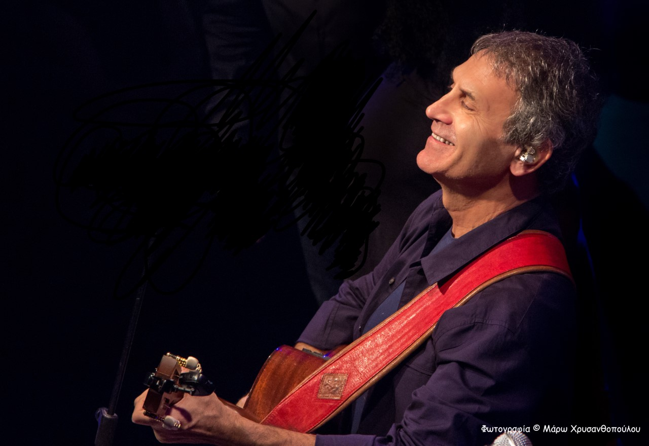 Γιωργος Νταλάρας με κιθάρα