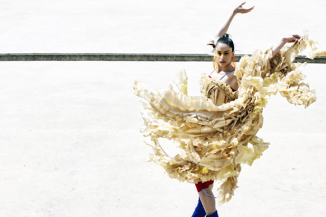 Γυναίκα με χρυσό φόρεμα