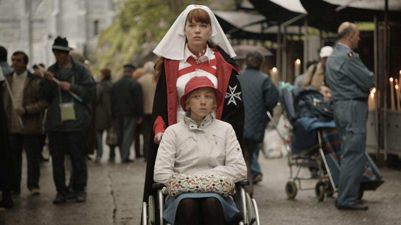 Νοσοκόμα και γυναίκα με καροτσάκι