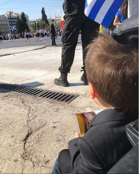 Ο γιος της Σίας Κοσιώνη παρακολουθεί την μαθητική παρέλαση στο κέντρο της Αθήνας