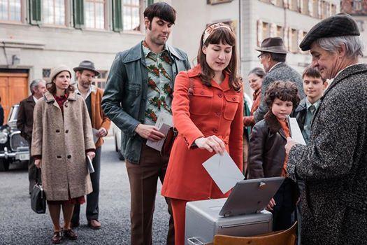 Γυναίκα με κόκκινα ψηφίζει