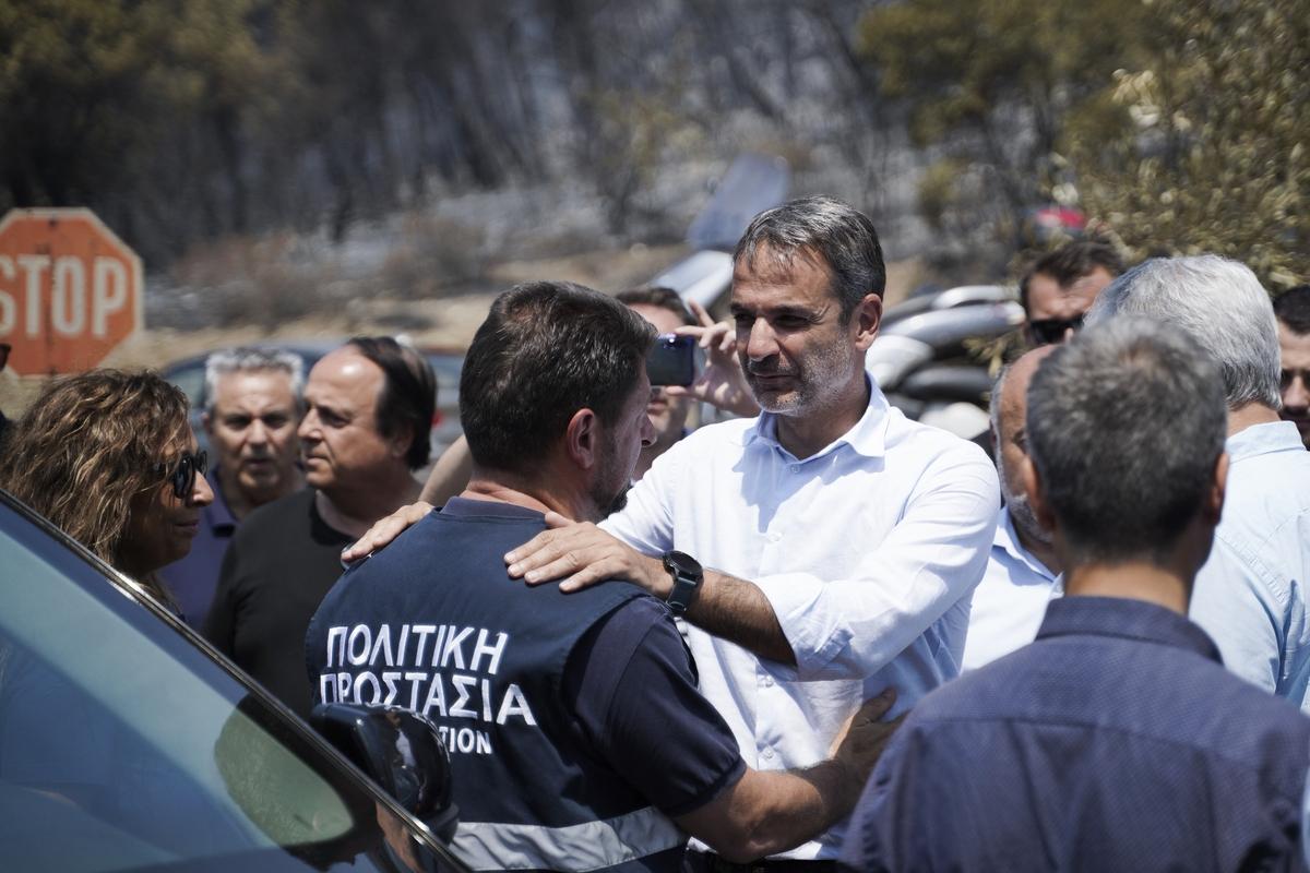 Ο Κυριάκος Μητσοτάκης ευχαριστεί άνδρα της Πολιτικής Προστασίας