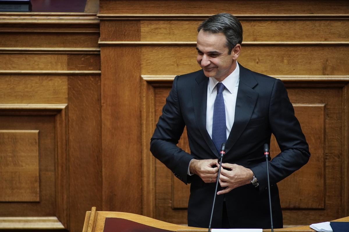 Ο Κυριάκος Μητσοτάκης ετοιμάζεται να αναγνώσει τις προγραμματικές δηλώσεις της κυβέρνησής του