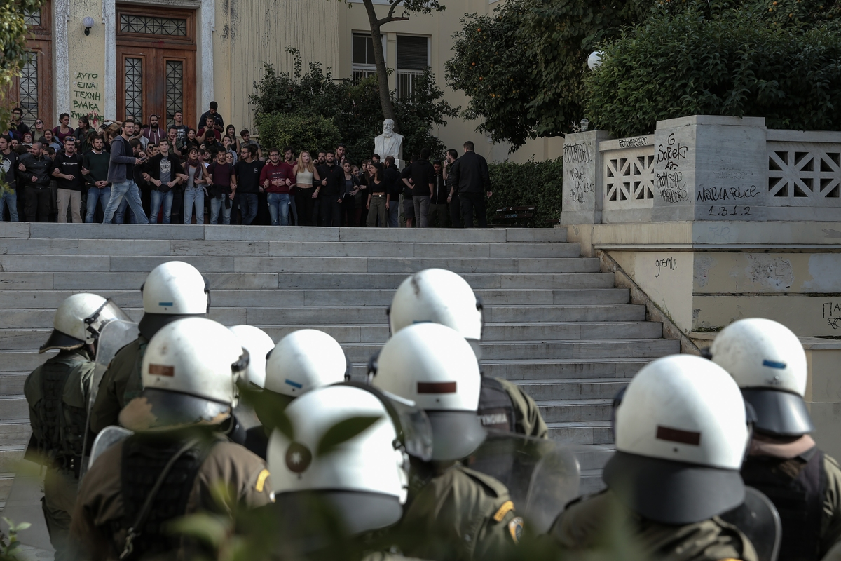 Φοιτητές διαμαρτύρονται σε ανώτερο αξιωματικό της αστυνομίας