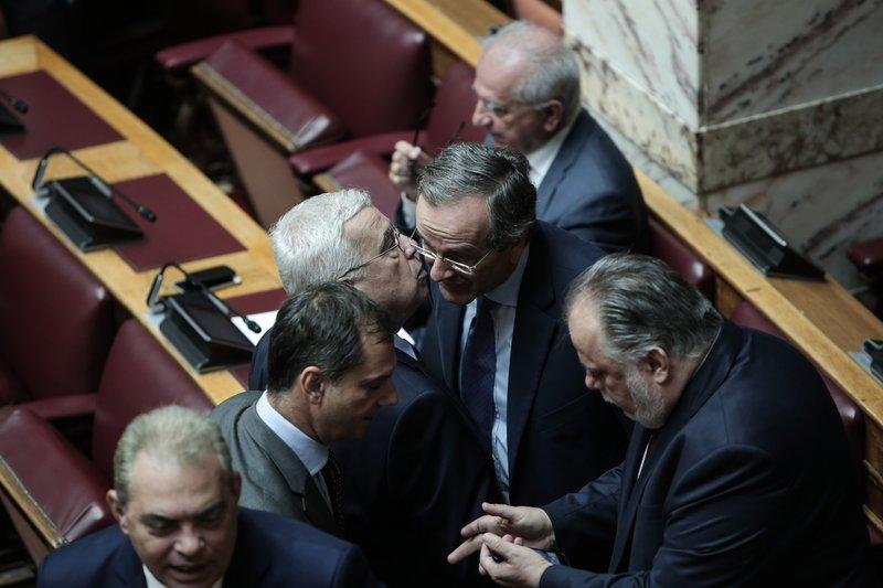 Σαμαράς φιλί με βουλευτές
