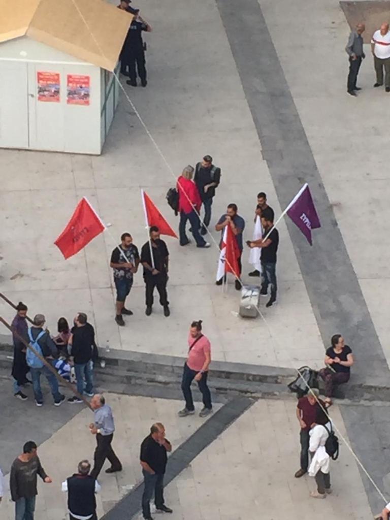 Ελάχιστοι φίλοι του ΣΥΡΙΖΑ με σημαίες στο Ηράκλειο Κρήτης