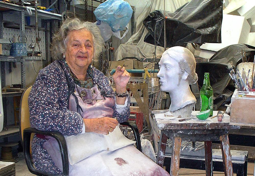 Η Ναταλία Μελά στο εργαστήριό της.