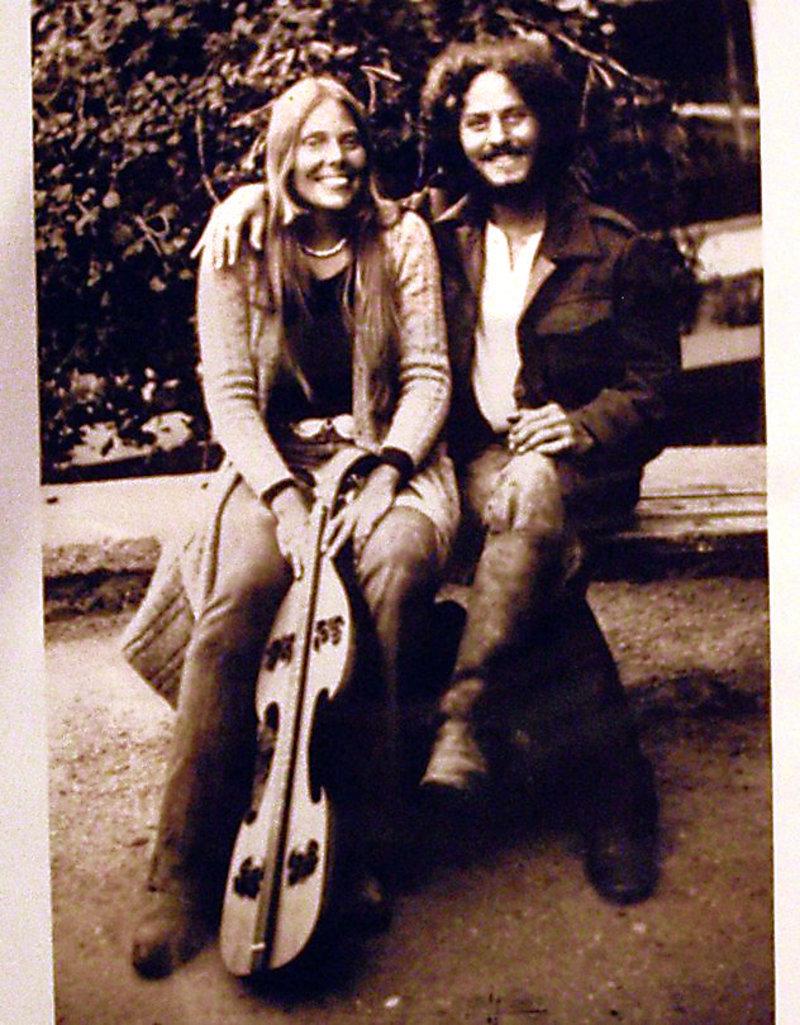 Η Τζόνι Μίτσελ και ο Κάρευ στα Μάταλα