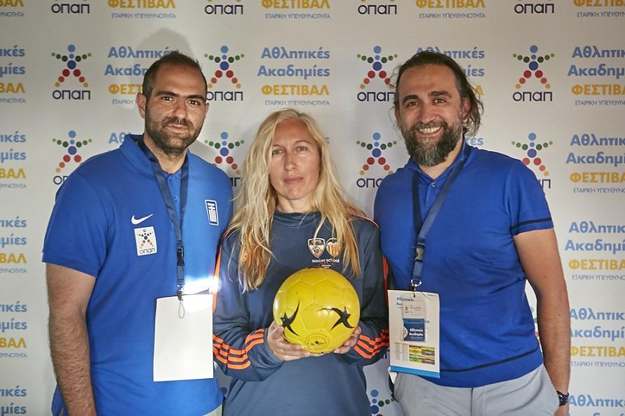 Ο Παναγιώτης Στεφανίδης, ομοσπονδιακός προπονητής ποδοσφαίρου τυφλών,  Έφη Δελή, διευθύντρια Ακαδημίας Super Goal, και Σάκης Κωστάρης, συντονιστής της Ελληνικής Παραολυμπιακής Επιτροπής