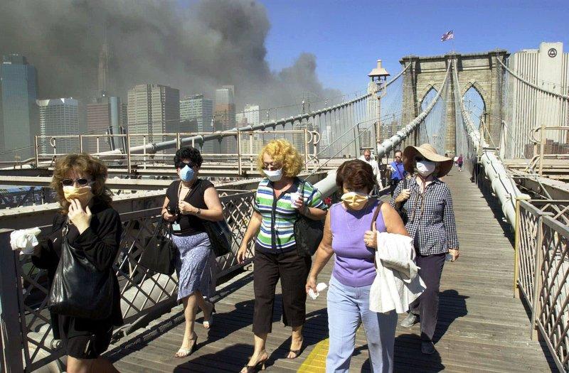Καπνός και σκόνη στη Νέα Υόρκη μετά την επίθεση στους Δίδυμους Πύργους