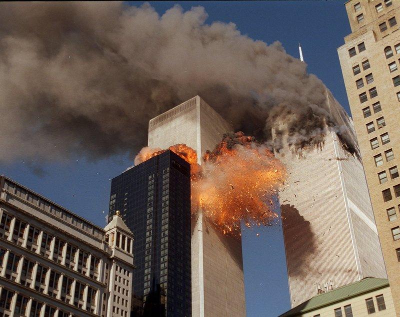 Η στιγμή που το δεύτερο αεροπλάνο πέφτει πάνω στους δίδυμους πύργους