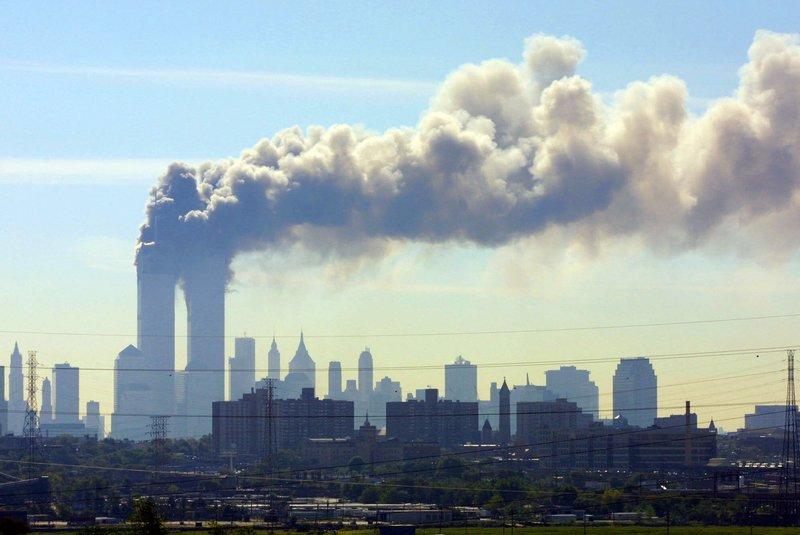 Δίδυμοι πύργοι καπνίζουν μετά την επίθεση της αλ κάιντα