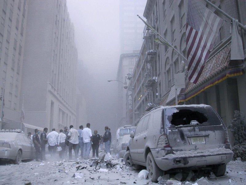 Η Νέα Υόρκη καλυμμένη από σκόνη μετά την τρομοκρατική επίθεση της 11ης Σεπτεμβρίου