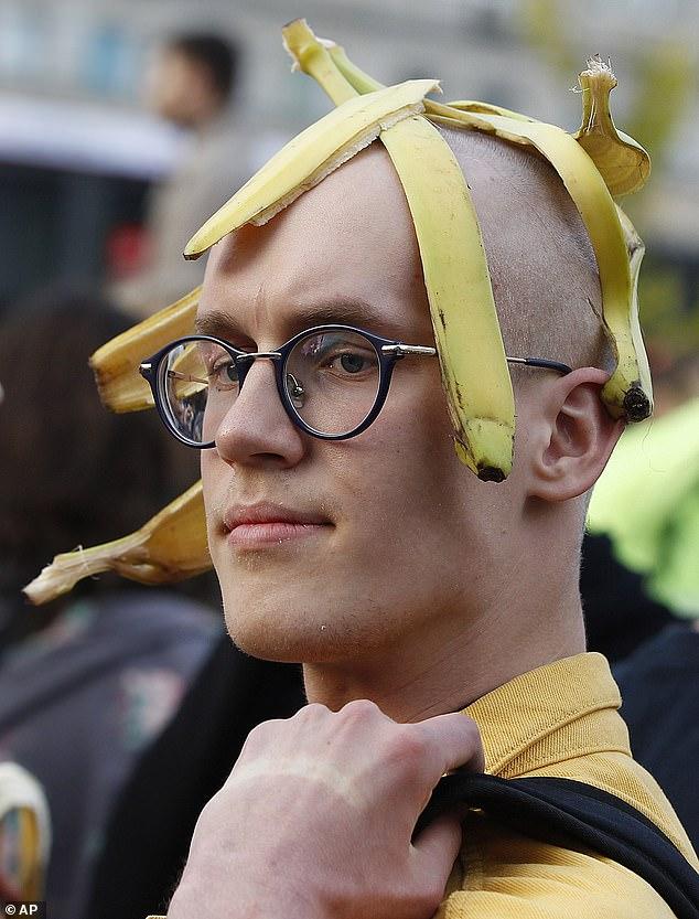 Ένας διαδηλωτής με μια μπανανόφλουδα στο κεφάλι του